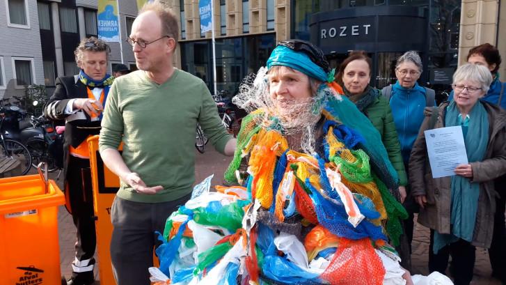 Clarien steelt in Arnhem de show met haar jurk van plastic