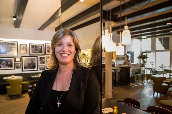 Eigenaresse Andrea de Lange van Brasserie Jansen. Hier nog in het oude interieur.
