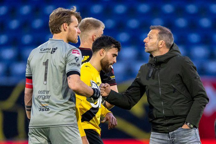Excelsior-doelman Alessandro Damen wordt gefeliciteerd door verliezend coach Maurice Steijn.