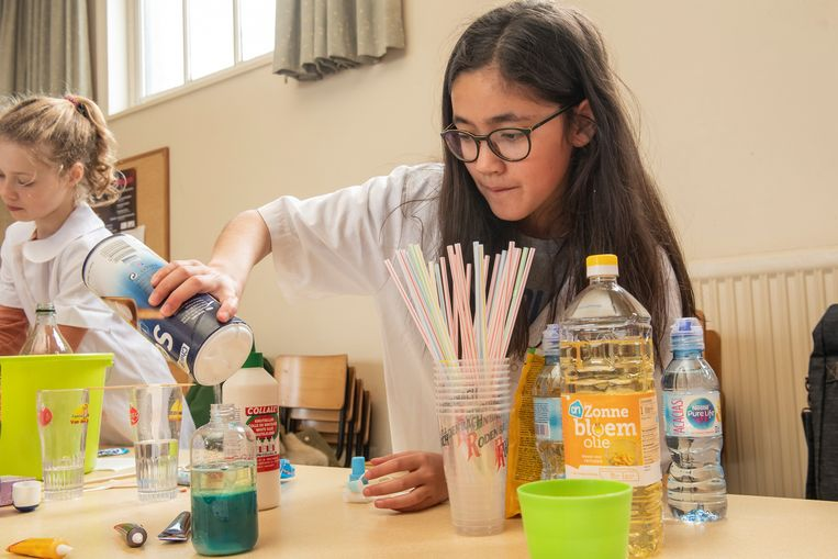 Dit meisje voert een experiment als biologe uit.