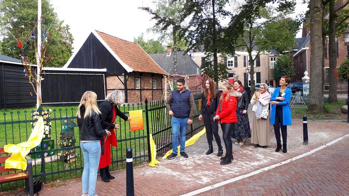 Samen met leerlingen van Twents Carmellyceum verricht wethouder Renkema de opening van Kunst in de Etalage.