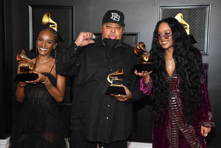 Tiara Thomas, Jeff Robinson en H.E.R., winnaars van song van het jaar met  'I Can't Breathe'. Beeld Getty Images