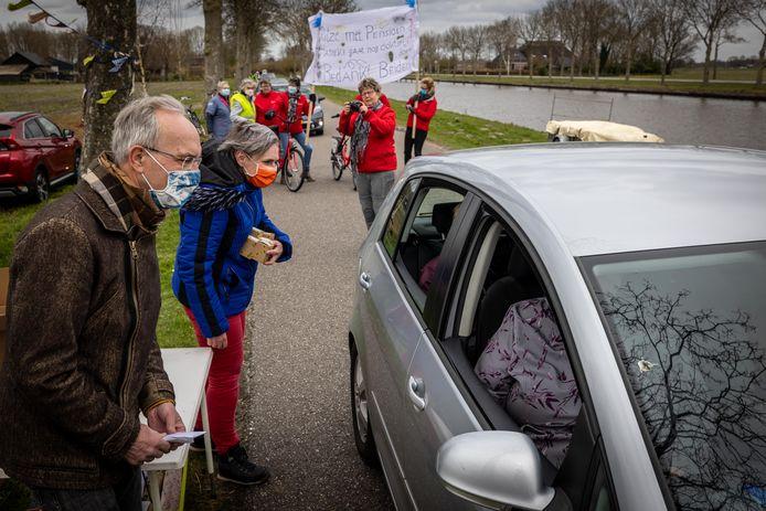 Afscheid van de Gieterse huisartsen Ritze Westerbeek en Hanneke Tan-Koning met drive-trough.