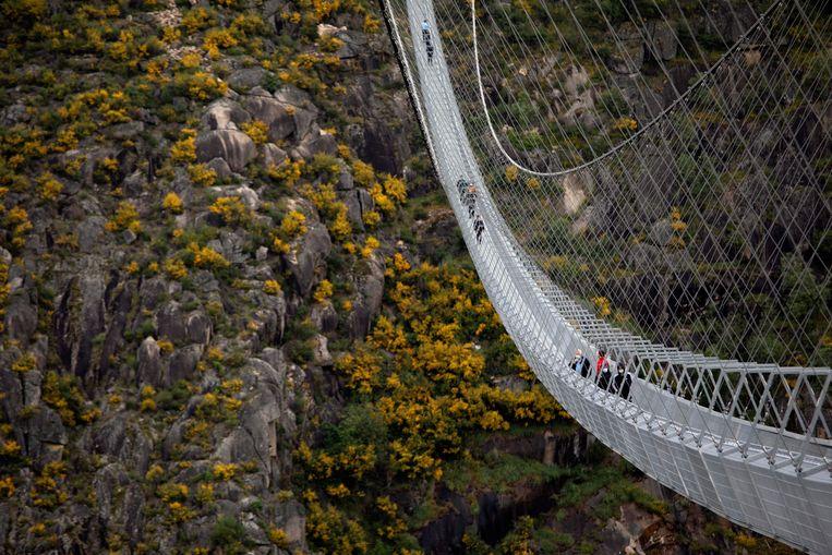 De eerste bezoekers op de 'Arouca 516', de langste wandelhangbrug ter wereld. Beeld REUTERS
