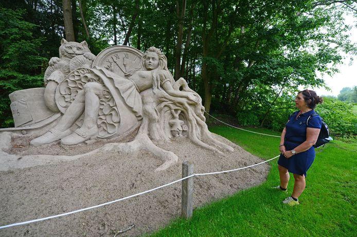 Een bezoekster vergaapt zich aan de zandsculpturen in Diepenheim.