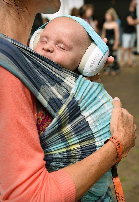 Het gehoor van een baby beschermd. Beeld Marcel van den Bergh