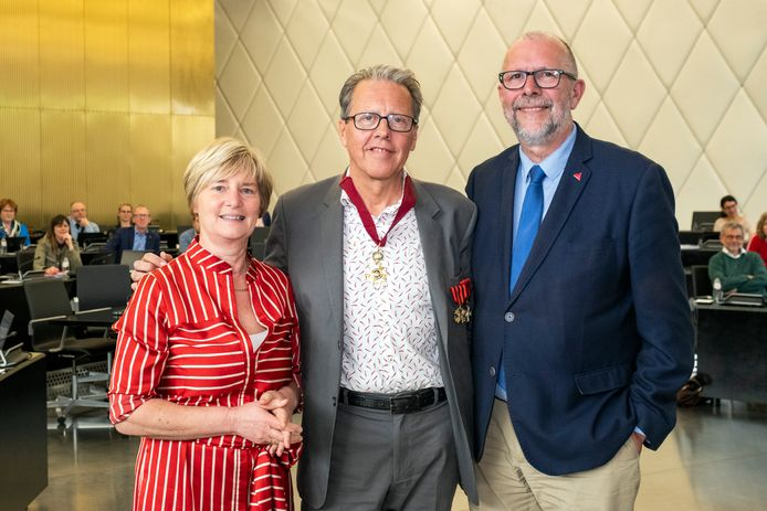 Frank Geudens (centraal) is benoemd tot Commandeur in de Leopoldsorde. Links ziet u Lili Stevens (CD&V), ondervoorzitter van de provincieraad, rechts Eerste gedeputeerde Luk Lemmens (N-VA)