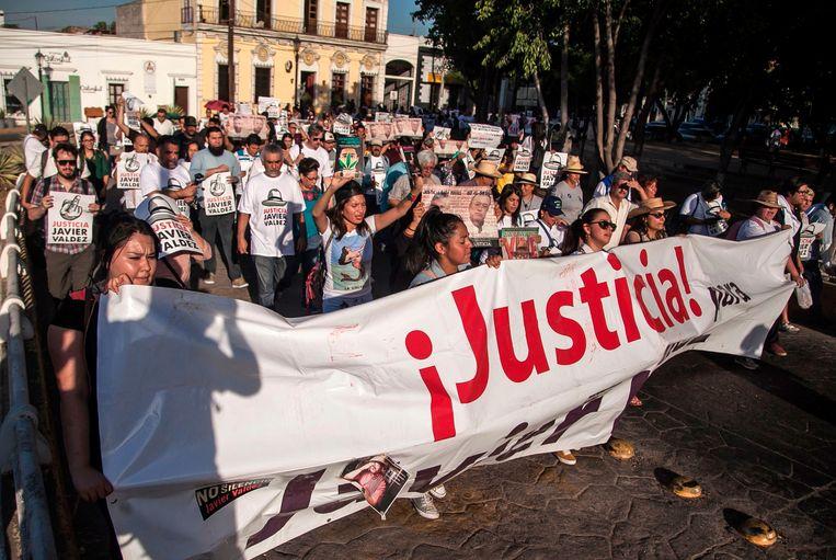 Journalisten, vrienden en familie van de vorig jaar vermoorde journalist Javier Valdez organiseerden twee weken geleden nog een protestmars voor rechtvaardigheid waarmee ze opriepen om de moord niet onbestraft te laten, zoals vaak het geval is. Twee weken later wordt journalist  Hector Gonzalez Antonio in Ciudad Victoria, de hoofdstad van de grensstaat Tamaulipas vermoord teruggevonden.  Beeld AFP