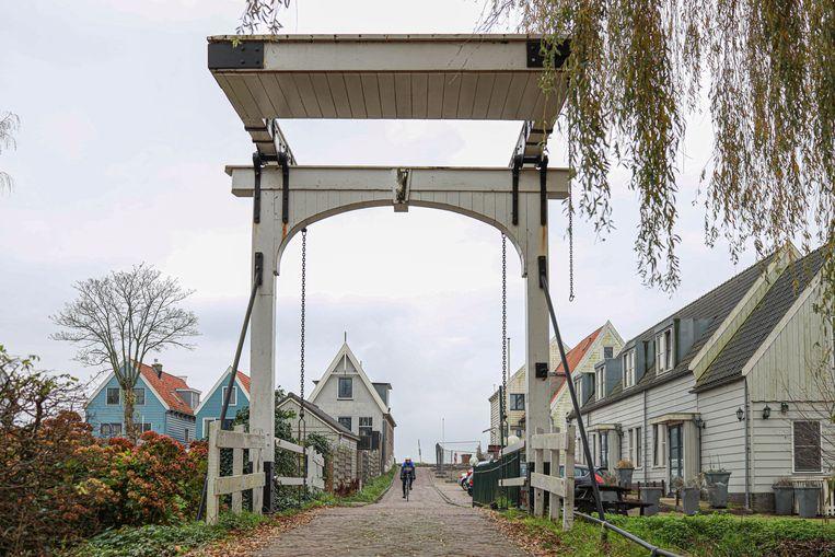 Op 12 december staken we via de Wezenbrug het Damrak in Durgerdam over. De houten ophaalbrug aan het Kerkpad geeft toegang tot het achterliggende sportpark. Winnaar van het jaarabonnement op Ons Amsterdam is Giannina Scarteddu. Beeld Anouk Hulsebosch