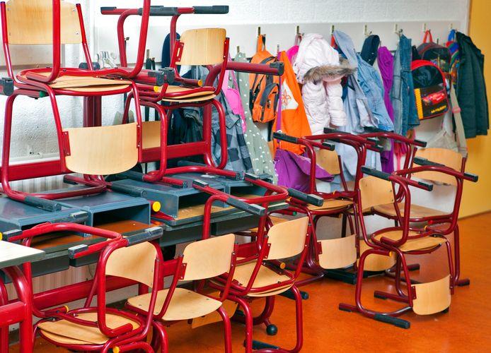 De GGD regio Utrecht (GGDrU) meldt dat gemiddeld tien tot vijftien klassen per dag naar huis worden gestuurd.