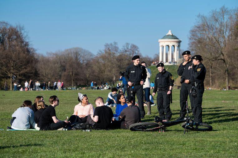 Politiecontrole in het English Garden park in München.   Beeld AP