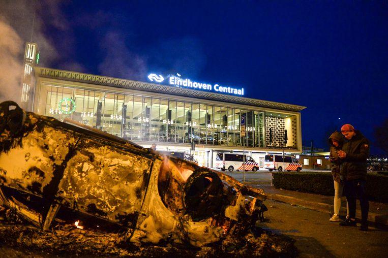 Bij rellen in Eindhoven werden er zondag veel beschadigingen aangericht. Beeld Photo News