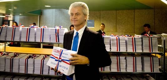 Wilders overhandigde vanochtend 122.000 handtekeningen aan Rutte om zijn motie van wantrouwen kracht bij te zetten
