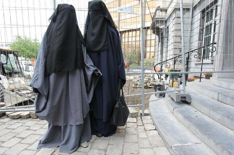 Twee vrouwen in boerka, Sint-Joost-ten-Noode. Beeld BELGA