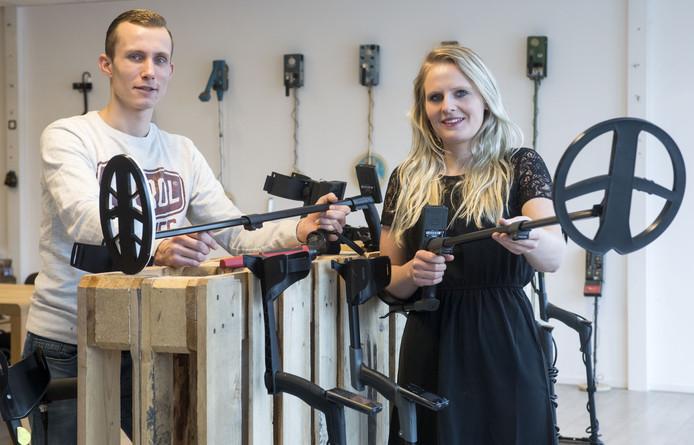 Mathijs Veldman en Elise ter Braake in de nieuwe showroom van Detect Metaaldetectoren aan de Van den Bergsweg 10A op industrieterrein 't Lochter in Nijverdal.