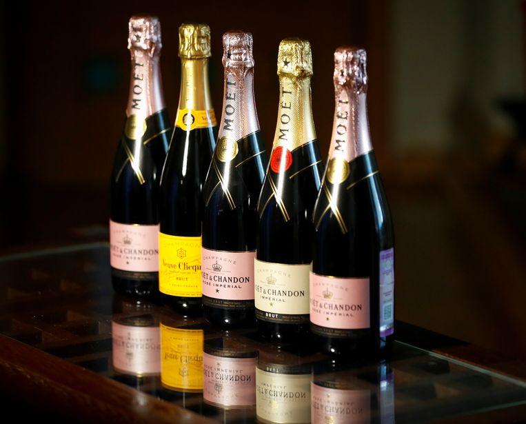 Flessen champagne van Franse merken, die vanaf nu in Rusland geen champagne meer op hun etiket mogen schrijven.  Beeld Reuters
