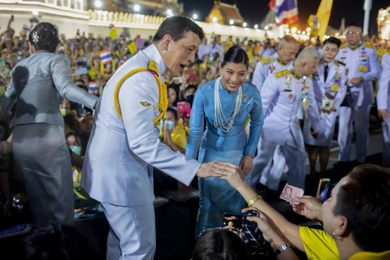 Prinses Sirivannavari Nariratana en haar vader tijdens een event in Bangkok.