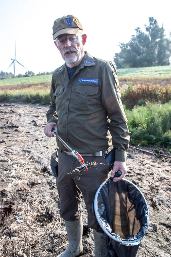Dick Krabbendam laat een stukje visnet zien. ,,Soms krijgen vogels dat spul om hun snavel. Vreselijk.''