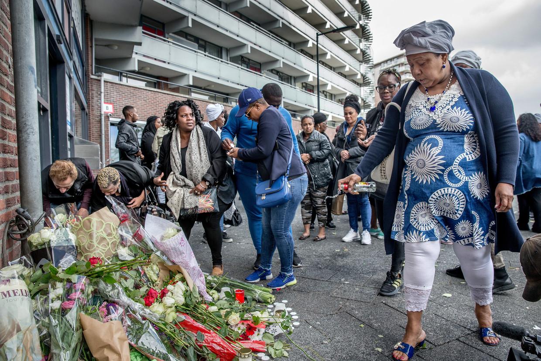 De herdenking van de neergestoken Jay-Ronne Grootfaam bij de Florijnflat in Zuidoost. Beeld Jean-Pierre Jans