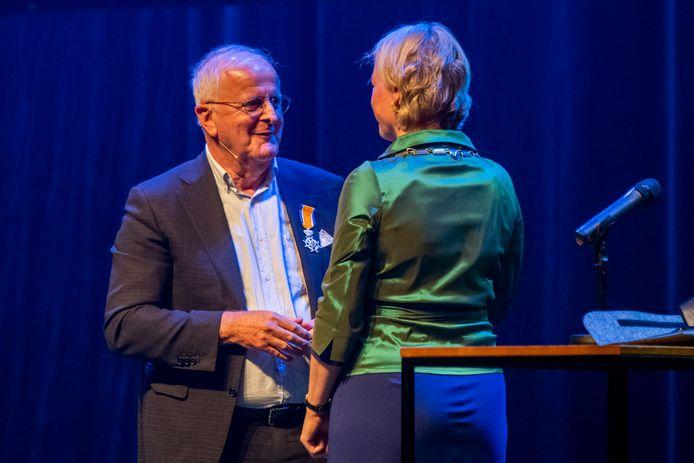 Adriaan Visser is benoemd tot Ridder in de Orde van Oranje-Nassau. Hij ontving de koninklijke onderscheiding vrijdag van burgemeester Erica van Lente van Dalfsen, tijdens zijn officiële afscheid als PEC Zwolle-voorzitter in Theater de Spiegel in Zwolle.