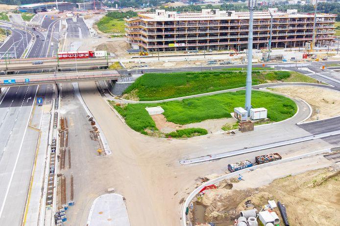 Het nieuwe parkeergebouw met 1.500 plaatsen moet tegen januari klaar zijn.