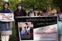 Activisten protesteren tegen de controversiële uitspraken van de Pakistaanse premier Imran Khan.