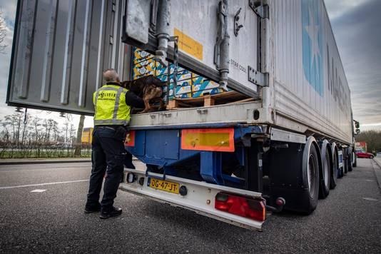 Een vrachtwagen wordt onderworpen aan een controle met een drugshond.