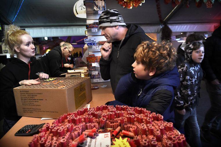 Manon Arler neemt de bestelling op van een vader en een zoon in de vuurwerkwinkel van haar ouders in Eemnes. Beeld null