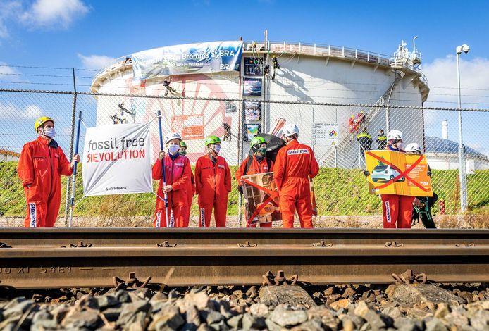 Des militants Greenpeace près de Shell Pernis, la plus grande raffinerie de pétrole d'Europe. Les militants avaient tendu des lignes pour bloquer l'accès au second port pétrolier.