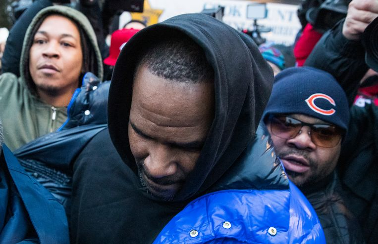 R. Kelly bij zijn vrijlating uit de gevangenis in Chicago. Beeld EPA