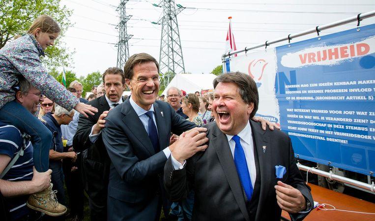 Premier Mark Rutte en commissaris van de Koning Jacques Tichelaar (R) tijdens het Bevrijdingsfestival in Assen in 2014 Beeld anp
