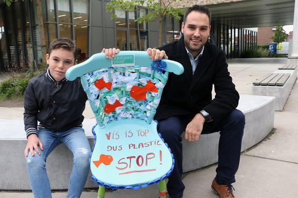 Kinderklimaatambassadeur Robbe Van Vugt uit Vorselaar overhandigt de toekomststoel aan burgemeester Gilles Bultinck.