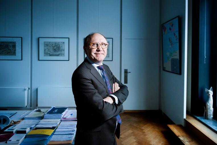 Johan Vande Lanotte op het kabinet van de burgemeester in het stadhuis van Oostende.        Beeld Eric de Mildt