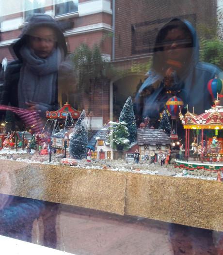 Straatbeeld: Groots klein kerst-diorama aan de Tuinstraat