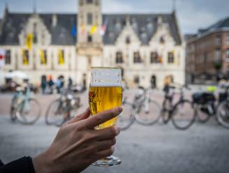 """Stadsbestuur voert alcoholverbod in rond Grote Markt tussen 22 en 6 uur: """"Om overlast na sluiting terrassen te voorkomen"""""""