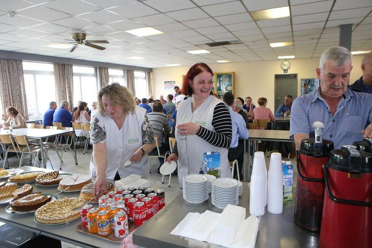 De werknemers namen gisteren afscheid van elkaar tijdens een koffietafel.