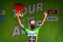 Simon Yates op het podium als eindwinnaar van de Ronde van de Alpen.