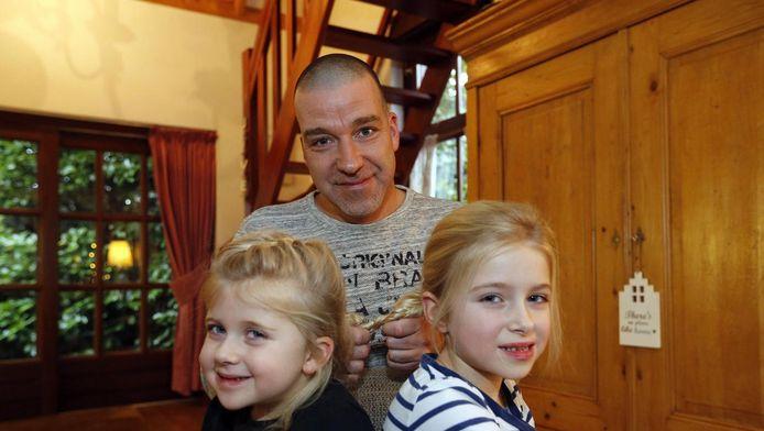 Partick van Hoof met zijn dochters Lulie en Nine