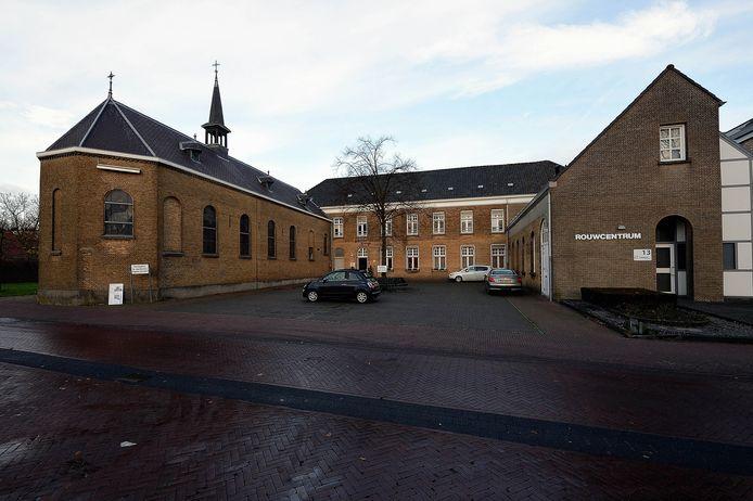 De kapel (links) bij het klooster staat nog steeds te koop.