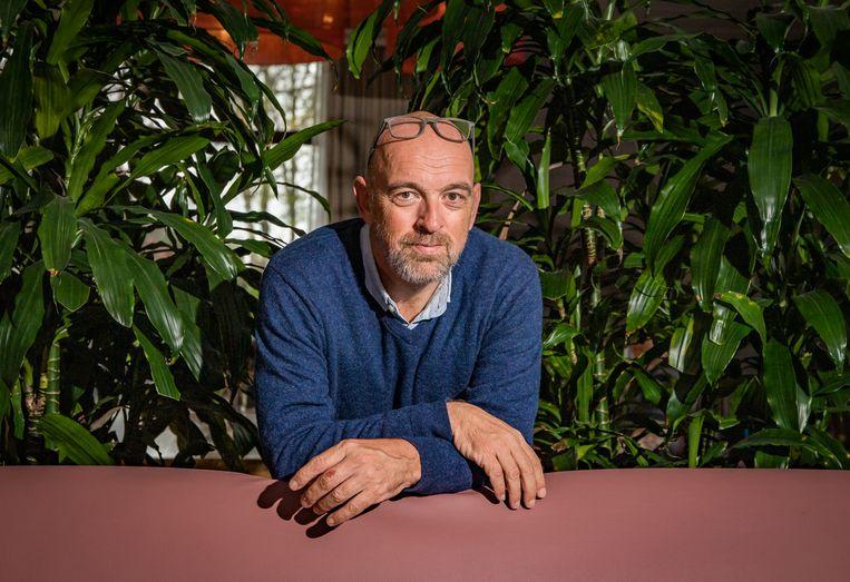Bart Knols tussen zijn kamerplanten, thuis in Nederlands-Limburg. Deze medisch entomoloog is erin geslaagd om een eiland in de Malediven muggenvrij te maken door de beestjes te vangen en hun broedplaatsen weg te nemen. Beeld Joel Hoylaerts / Photo News