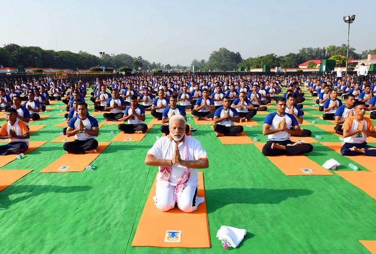 De Indiase premier Narendra Modi leidde gisteren op Internationale Yoga Dag een yogasessie in Dehradun in de Indiase deelstaat Uttrakhand. Beeld AFP