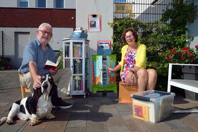 Jacques en Anja Nagelkerke met hond Dorus voor hun minibibliotheekje.