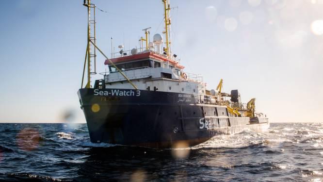 """Storm koerst af op Nederlands migrantenschip: """"Mensen zijn de wanhoop nabij"""""""