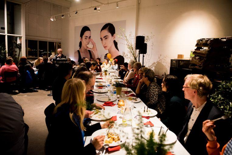 Beeld uit 'De koningin van de voedselbank', waarin buurtbewoners van diverse pluimage elkaar ontmoeten door met elkaar te eten. Beeld Jonna Bruinsma