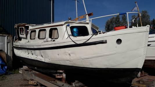 De zwaar beschadigde Bornrif. Goed zichtbaar is de schade die het motorjacht opliep bij de aanvaring met het binnenvaartschip op het Amsterdam-Rijnkanaal in Breukelen.