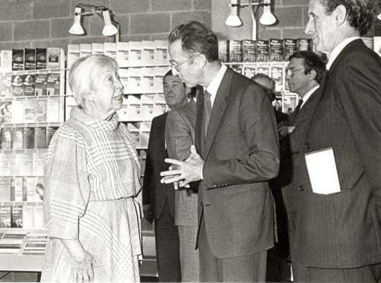 Angèle Manteau praat met wijlen koning Boudewijn op de Boekenbeurs van 1986 in Antwerpen. Beeld UNKNOWN