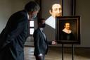 Loevestein-directeur Ed Dumrese bij een portret van Hugo de Groot, onderdeel van de nieuwe tentoonstelling over De Groots gedachtegoed.