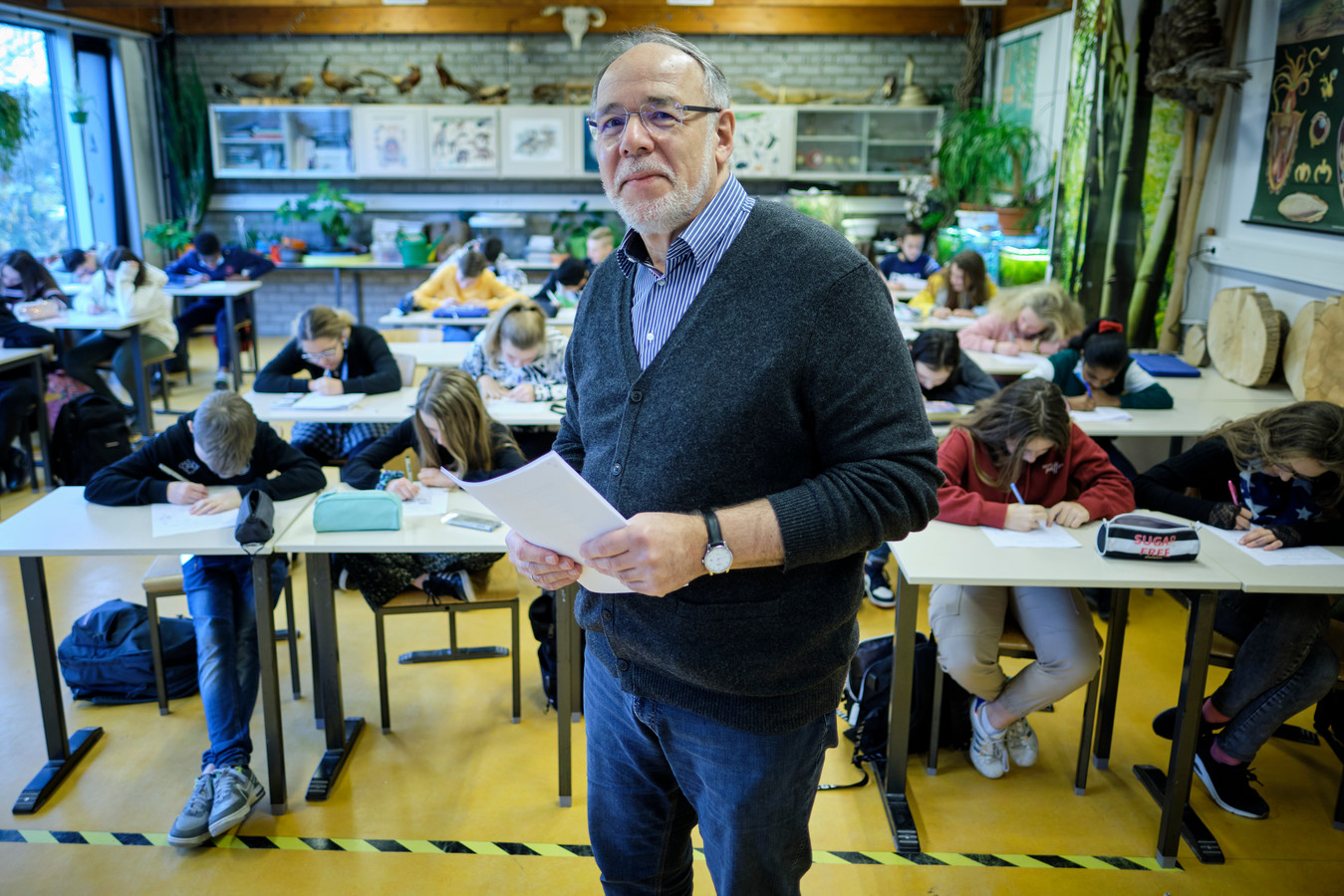 Teamleider Cor van der Hoek bezoekt een klas op de St.-Jozefmavo. Hij neemt na 42 jaar afscheid.