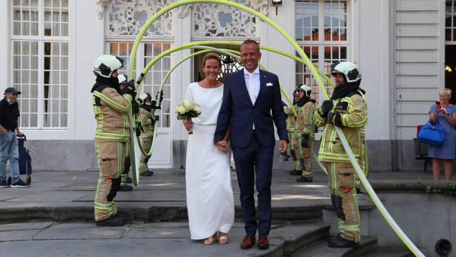 Brandweermannen vormen erehaag voor trouwende collega