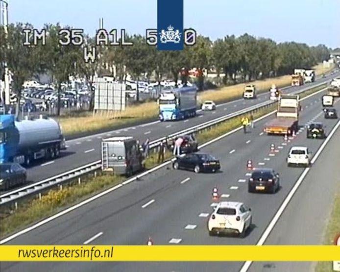 Bij Voorthuizen op de A1 is een ongeluk gebeurd.